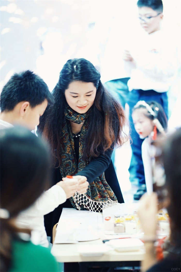 """郑丽华校长专访:把孩子当成""""宝石""""的校长"""