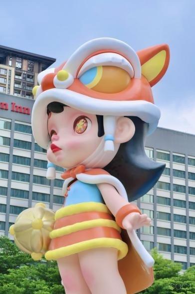"""城市IP第三站 12米巨型潮玩雕塑""""LAURA·醒狮""""空降佛山"""